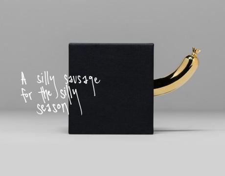 一个愚蠢的黄金香肠镇纸包装设计,有点生殖崇拜的感觉