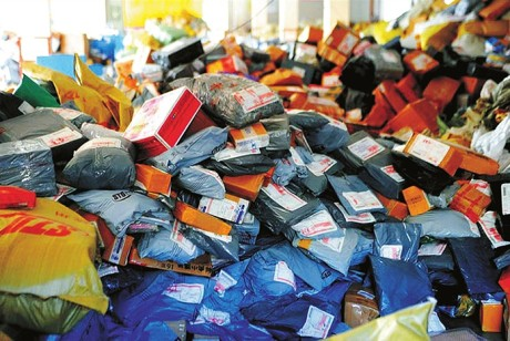 废品回收站为啥不爱收快递包装盒?「太杂了,纸箱上面都是胶,既不好拆又费时间」