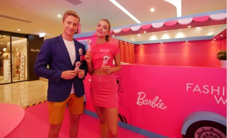 Barbie60岁展现身铜锣湾Fashion Walk