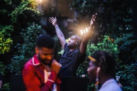 著名DJ维吉尔·阿布洛现场花园鸡尾酒派对打碟