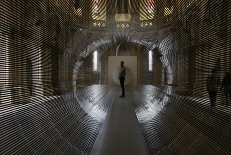 历史教堂里的这条磁带隧道充满了活力