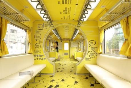 这辆铁皮列车今个穿了一身山蕉黄的衣裳,化身为移动的美术馆了