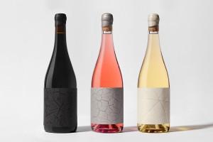 简约的葡萄酒包装设计特种纸酒标上印上天然的纹理,没有过于累赘的点缀,传递一种生活方式