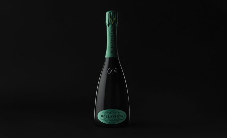 葡萄酒包装设计在进行一轮工艺叠加的繁琐程序后终于回归极简设计趋势了