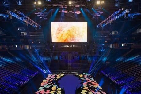 当舞台被巨大花瓣装饰着会是怎样的效果?看多特瑞dōTER这个品牌大会的舞美就知道了!
