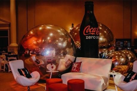 可口可乐这次的派对策划了很多超大规模的拍照打卡背景,创意点十足