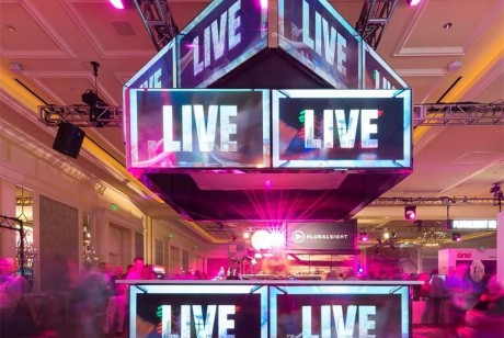 """现场随处可见""""LIVE""""四个字母的派对策划会是怎样的视觉效果?看看这个派对你就知道了!"""