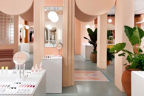 Glossier的快闪店策划简洁中又有个品牌自有元素和个性所在,值得一赏