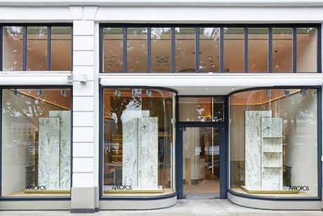 这个空间设计用新古典主义的形势诠释着时尚成熟绅士之范