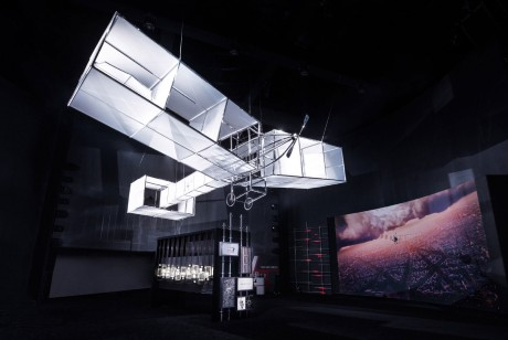 卡地亚这次的展览策划通过AR视觉,让我们都搭乘飞机围绕埃菲尔铁塔环绕飞翔
