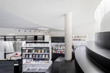 马赛克书店快闪店搬到上海了,呈现出了上海这座城市的一体两面