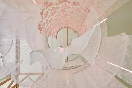 """在大楼的入口处创建了花边的""""触觉迷宫"""",这个快闪店从外面创造了一种好奇和期待"""
