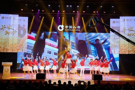 中国人寿的年会策划了一个誓师环节,个个都是壮志豪情