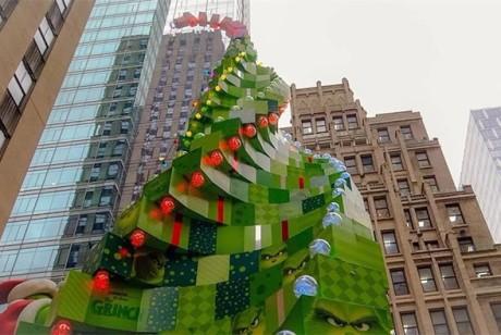 为了推广电影,竟然搞了一个不是圣诞树胜似圣诞树的美陈设计