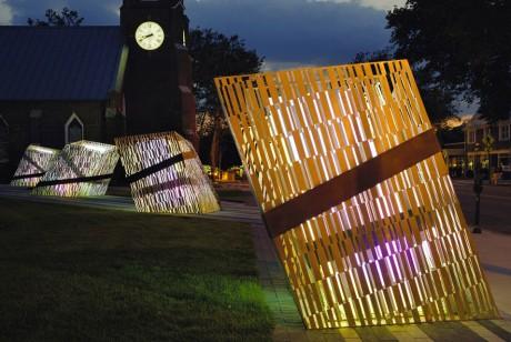 这些条码的美陈设计不但会发光,还有城市地标的意义所在